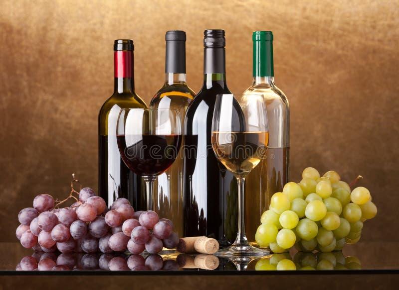 Frascos, vidros e uvas imagem de stock