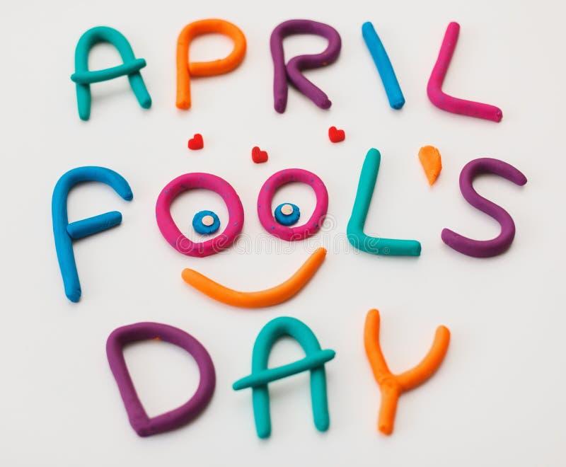 Frase de April Fools Day feita de letras coloridas do plasticine no fundo imagens de stock
