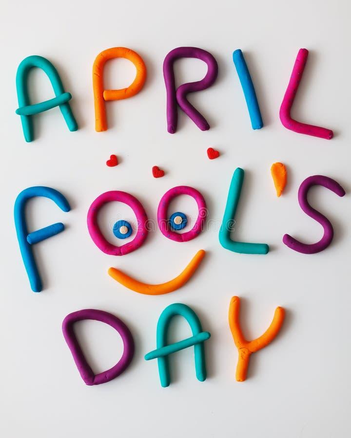 Frase de April Fools Day hecha de letras coloridas del plasticine en fondo foto de archivo libre de regalías