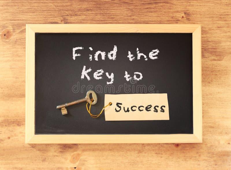 A frase - encontre a chave ao sucesso escrito no quadro-negro fotografia de stock royalty free