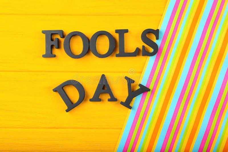 Fraseie o ` do dia dos tolos do ` no fundo da cor foto de stock royalty free