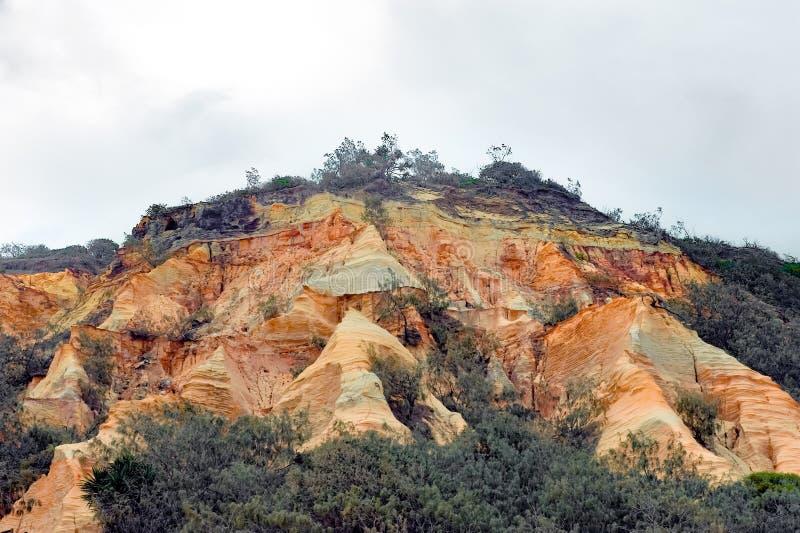 Fraser Island färbte Sande, sandige Klippen in den orange, roten, braunen und gelben Farben lizenzfreie stockbilder