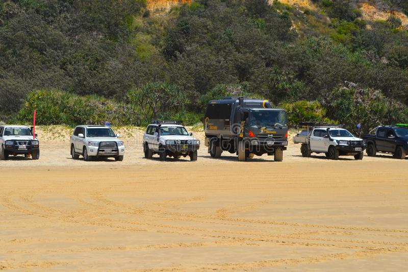 Fraser Island, Qld, Austrália - 27 de janeiro de 2018: os veículos 4wd estacionaram em uma praia popular em Fraser Island fotografia de stock