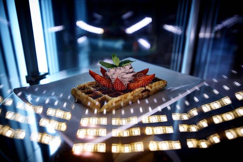 Frasig dillande med glass och nya jordgubbar royaltyfria bilder