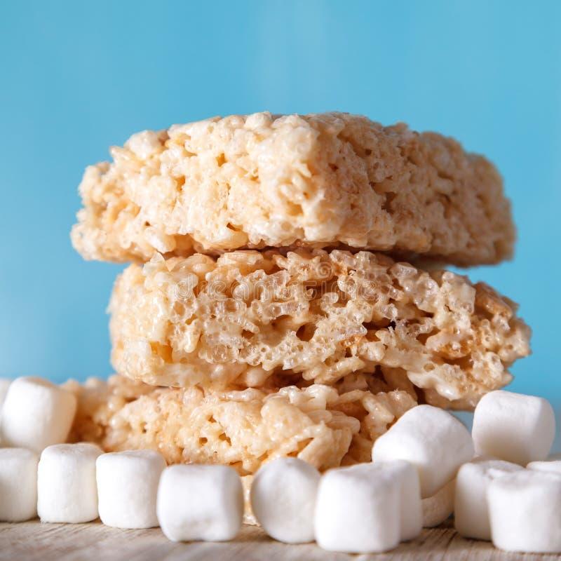 Frasig fest för ris med marshmallower arkivbild