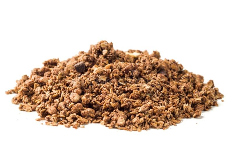 Frasig granola, mysli traver med choklad som isoleras på vita lodisar arkivbilder