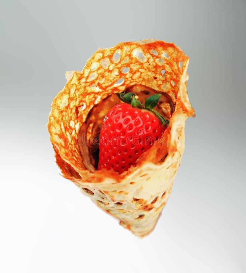 Frasiga efterrättpannkakor med jordgubbar fotografering för bildbyråer