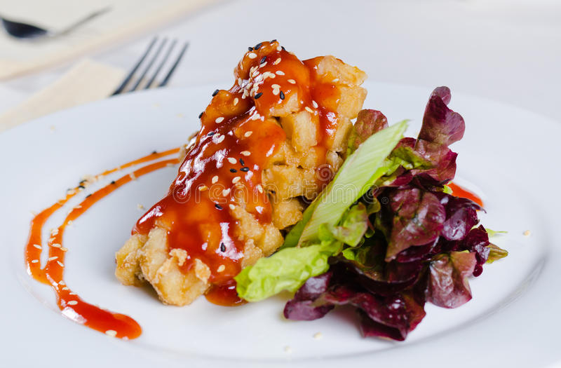 Frasiga Fried Chicken med sås och Veggies royaltyfria foton