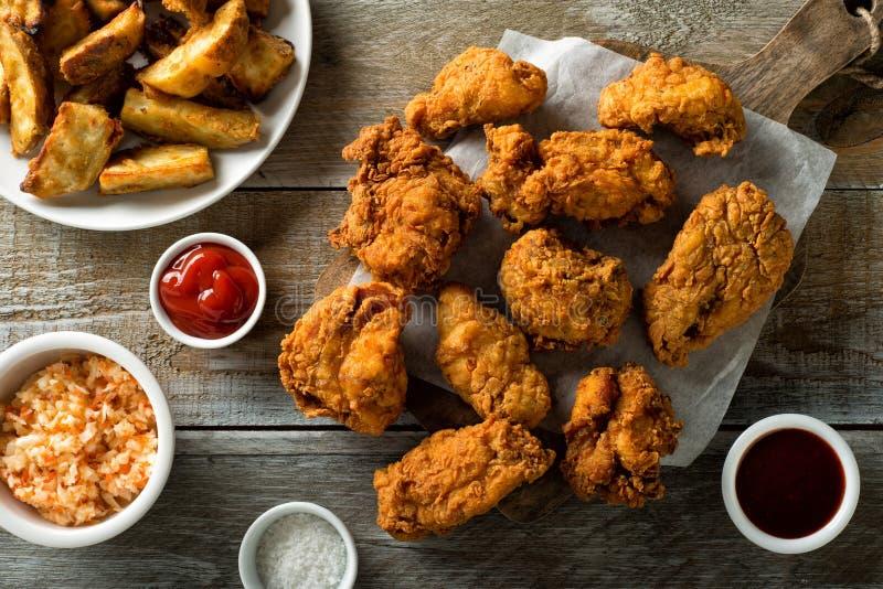 Frasiga Fried Chicken och Taters arkivfoto