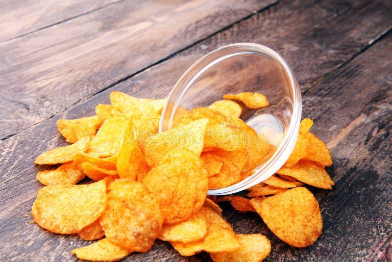 Frasiga potatischiper i en bunke Smakliga paprikachiper arkivbild