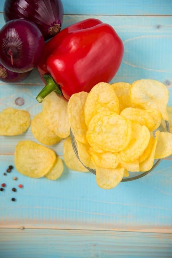 Frasiga potatischiper i en glass bunke royaltyfri bild