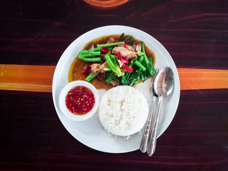 Frasigt grönkålgriskött med thailändsk mat arkivbild