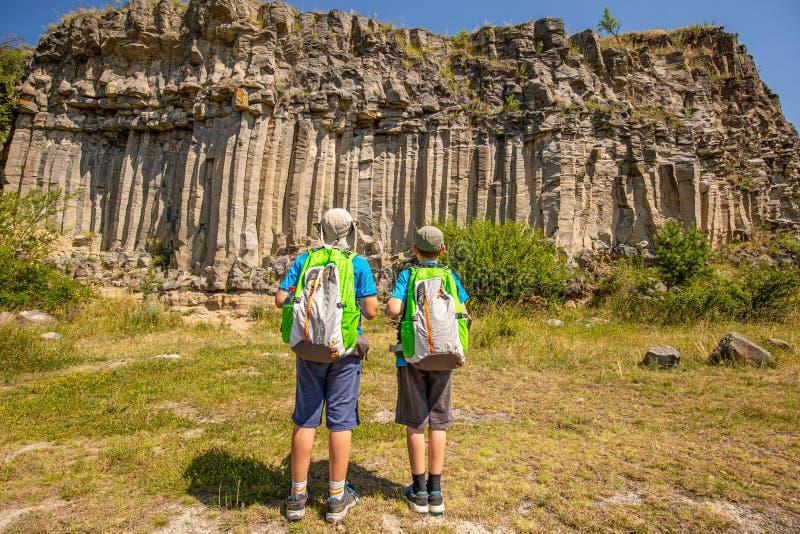 Fratelli del ragazzo con gli zainhi fotografie stock libere da diritti
