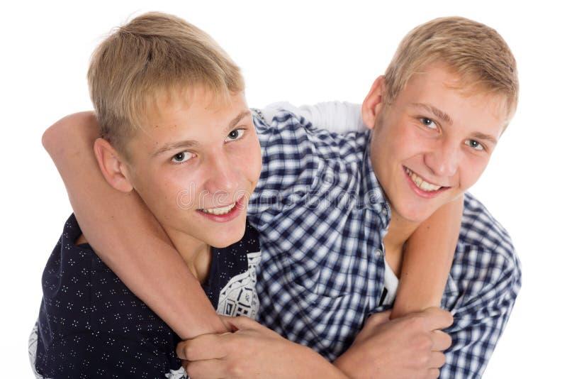 Fratelli gemelli scherzosamente che si abbracciano immagini stock libere da diritti