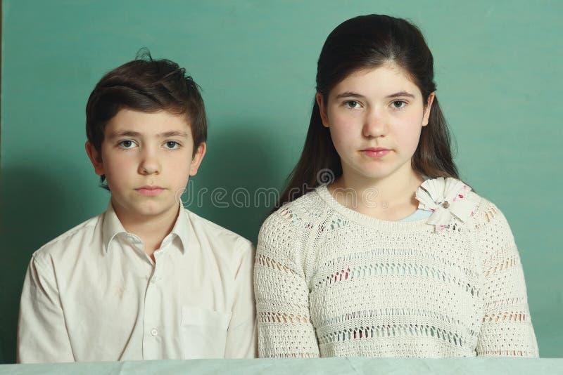 Fratelli germani adolescenti fratello e foto alta vicina della sorella fotografia stock