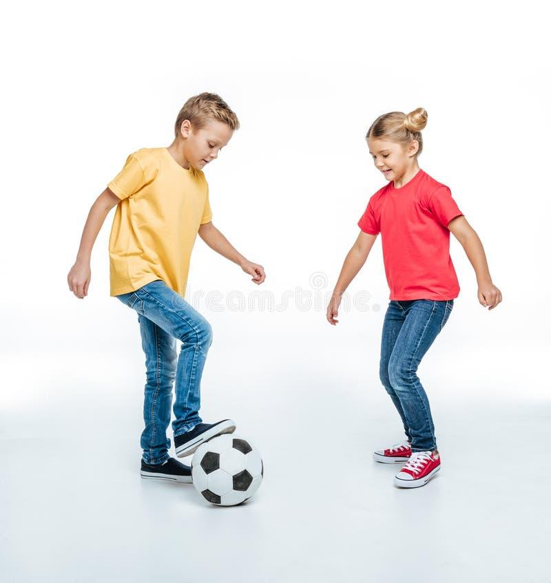 Fratelli germani che giocano con il pallone da calcio fotografie stock libere da diritti