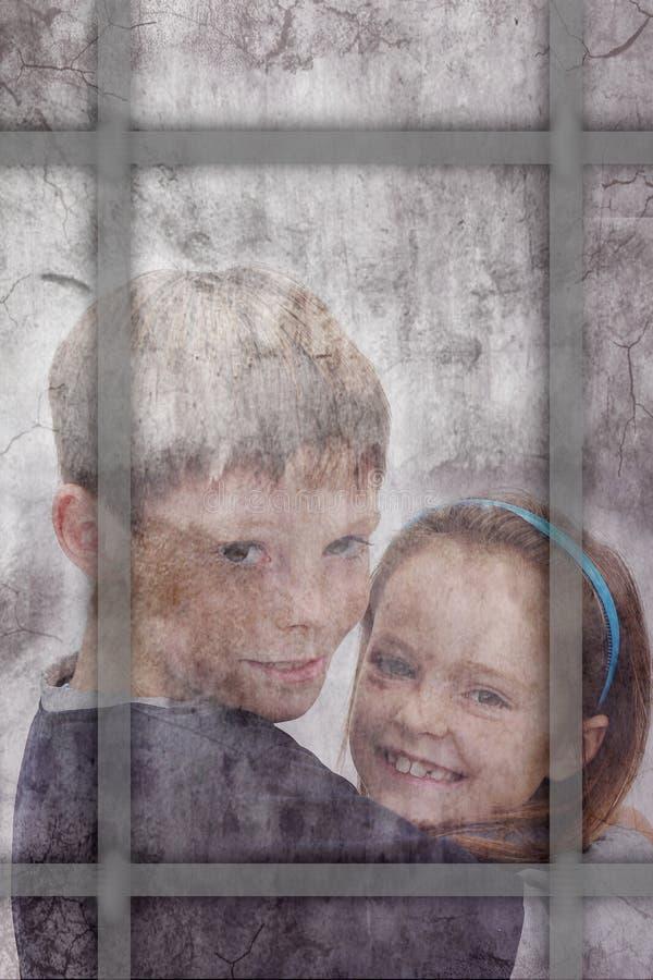 Fratelli germani dopo una finestra fotografia stock