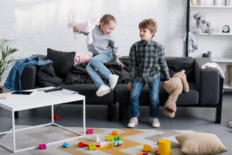 fratello allegro e sorella che giocano insieme con i giocattoli fotografie stock