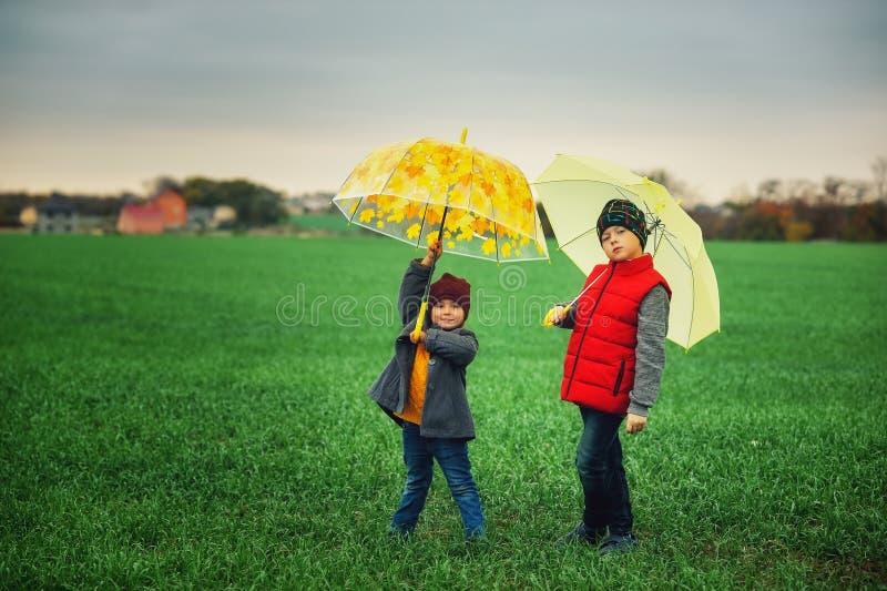 Fratello allegro e sorella su una passeggiata di autunno immagine stock