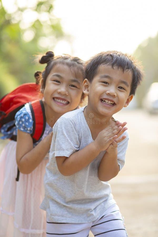 Fratello asiatico allegro e sorella che giocano con l'emozione di felicità immagine stock libera da diritti