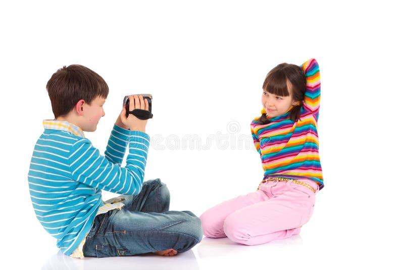 Fratello che spara alla sua sorella immagini stock