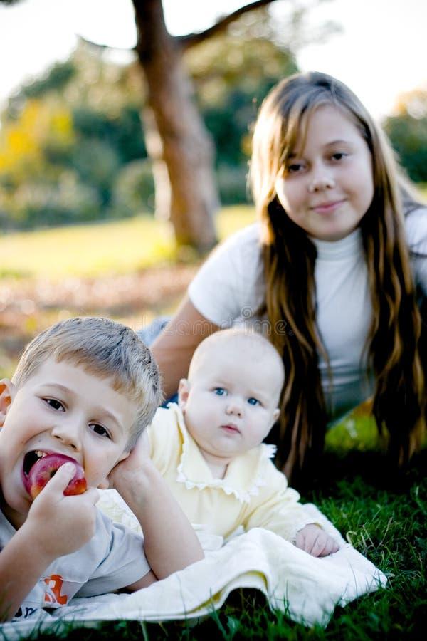 Fratello con due sorelle fotografia stock