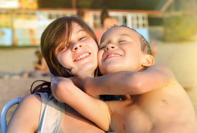Fratello e sorella alla spiaggia fotografie stock libere da diritti