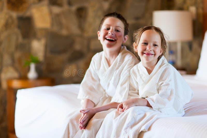 Fratello e sorella a camera di albergo fotografia stock libera da diritti