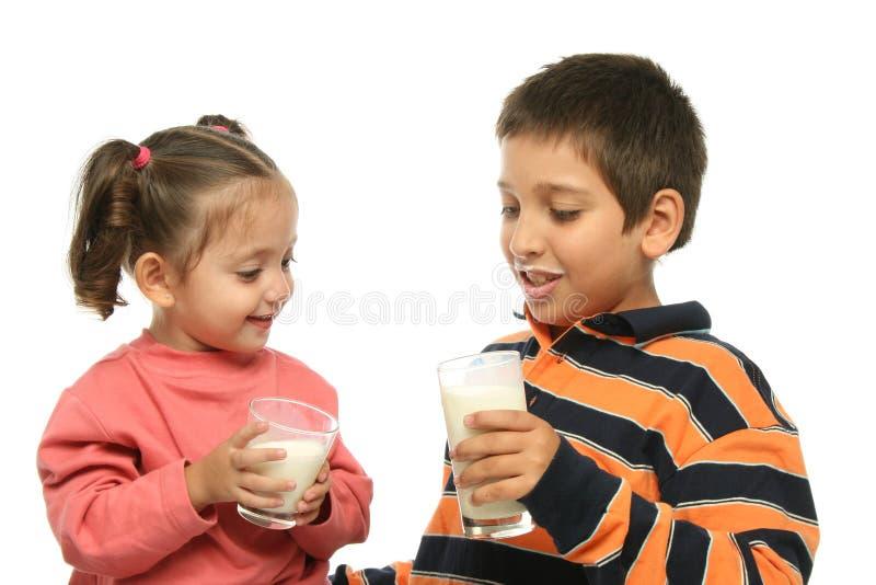 Fratello e sorella che bevono MI fotografia stock libera da diritti