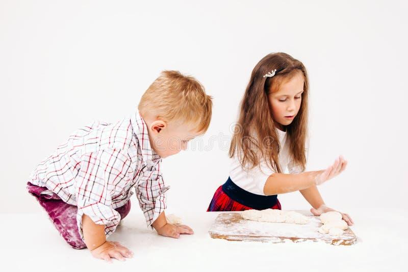 Fratello e sorella che cucinano forno sulla cucina immagini stock libere da diritti