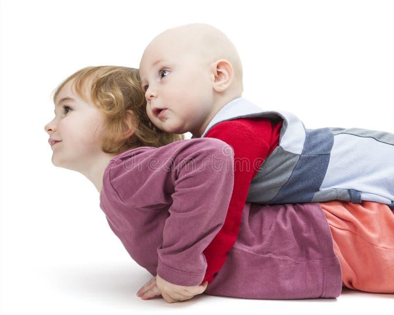 Fratello e sorella che guardano al lato immagine stock