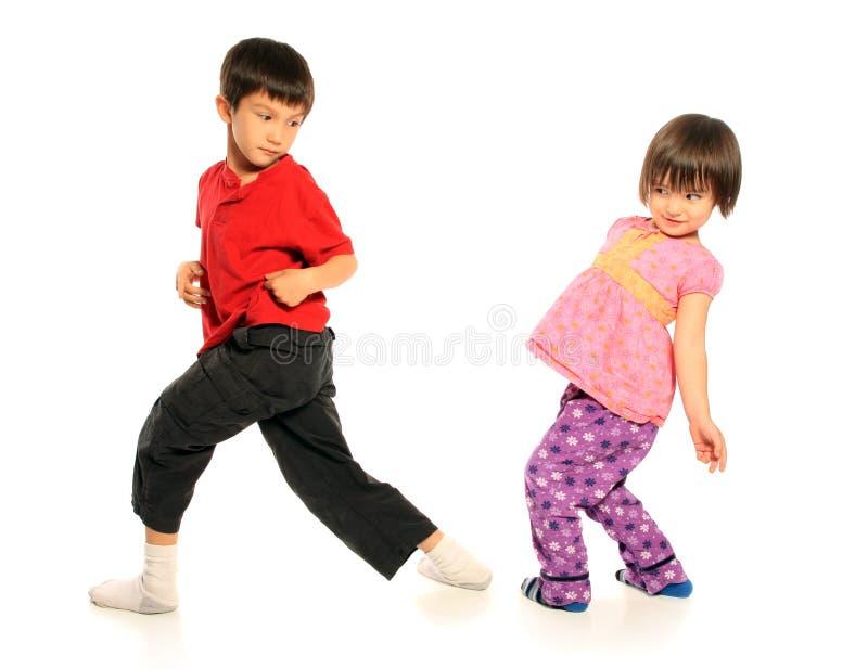 Fratello e sorella che hanno divertimento fotografie stock libere da diritti