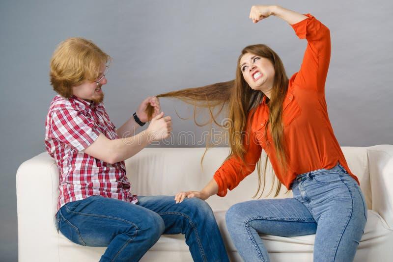 Fratello e sorella che hanno lotta immagine stock