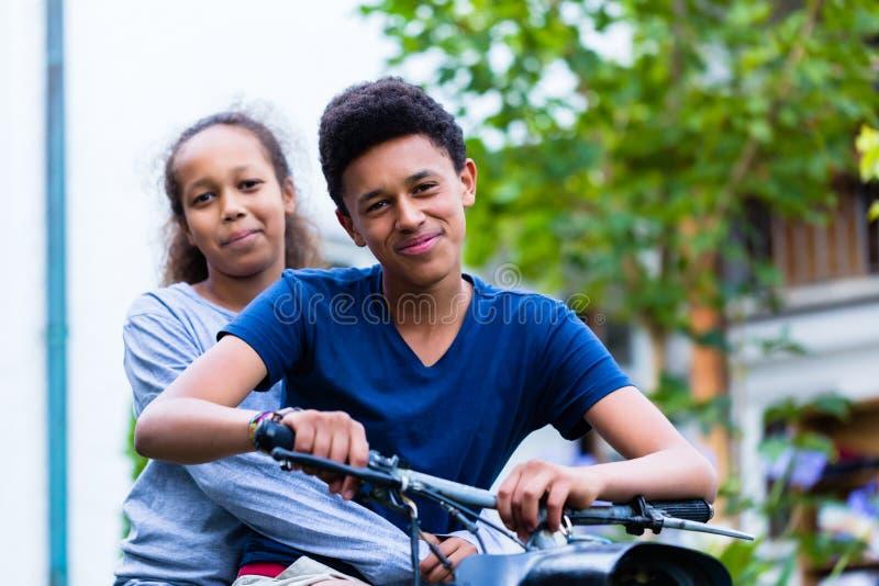 Fratello e sorella che si siedono sulla motocicletta fotografie stock libere da diritti