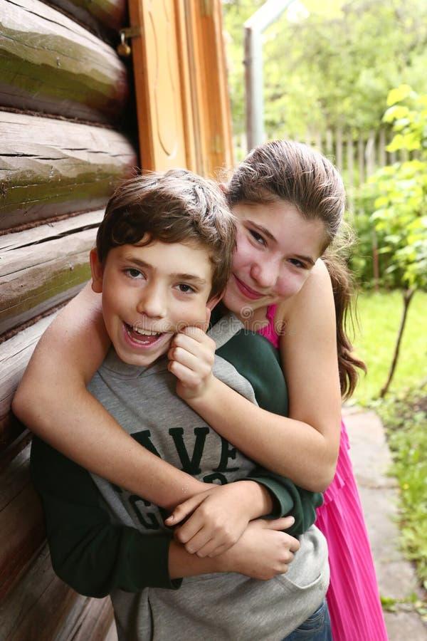 Fratello e sorella delle coppie dei fratelli germani fotografia stock