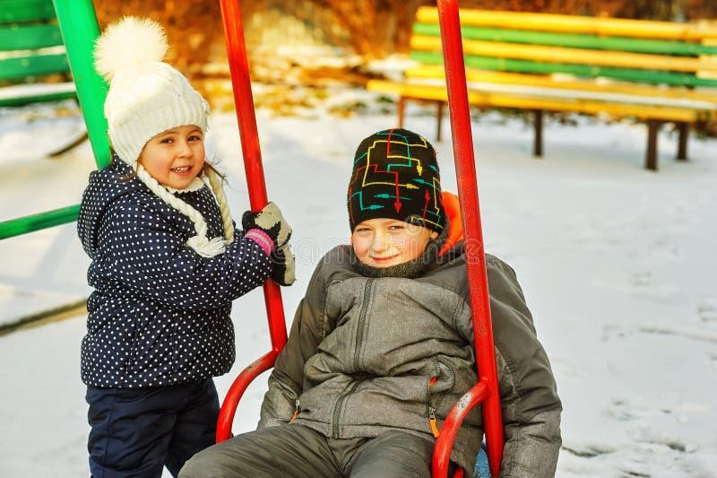 Fratello e sorella divertenti sulla passeggiata di inverno immagine stock