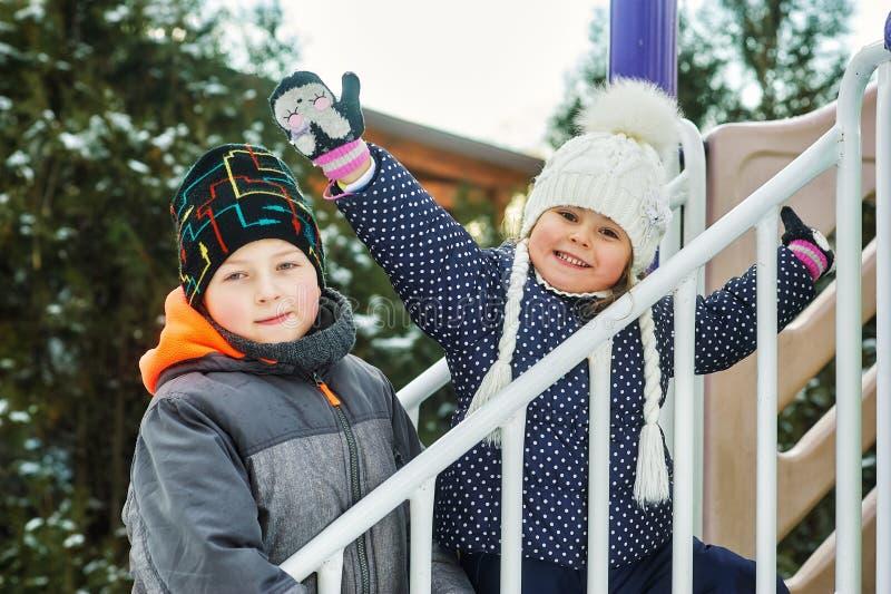 Fratello e sorella divertenti sulla passeggiata di inverno fotografie stock libere da diritti