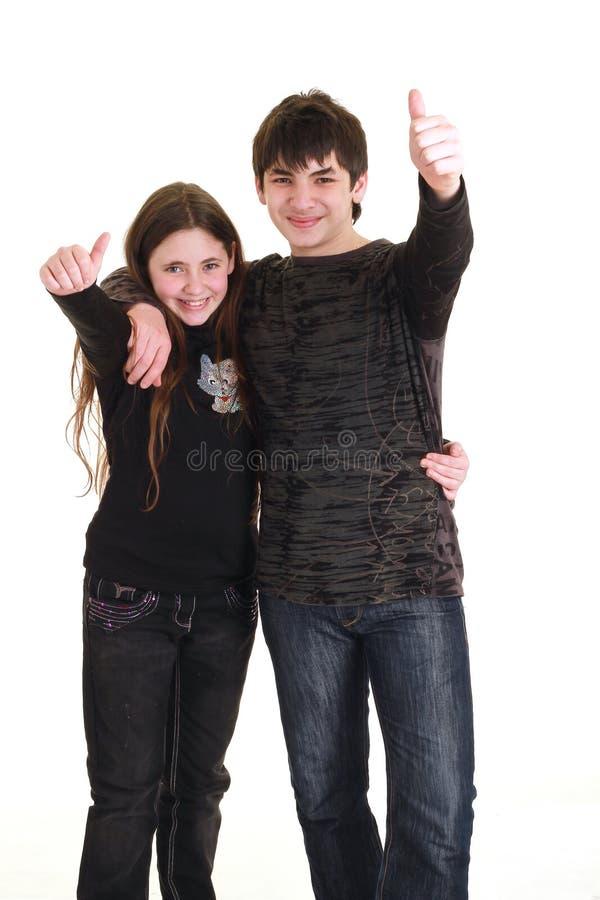 Fratello e sorella isolati su priorità bassa bianca fotografie stock libere da diritti