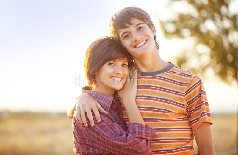 Fratello e sorella in un campo immagine stock libera da diritti
