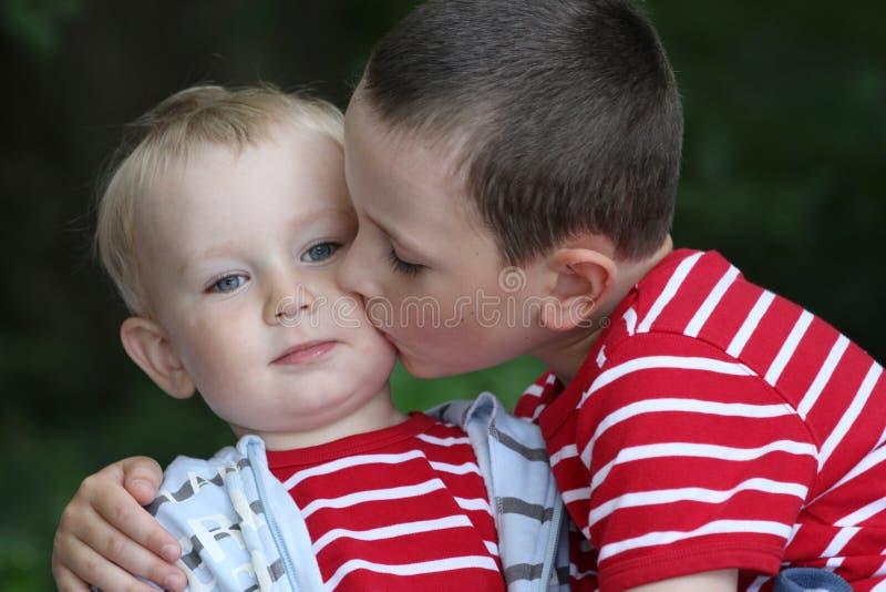 Fratello germano del â di amicizia insieme, fratelli immagini stock libere da diritti