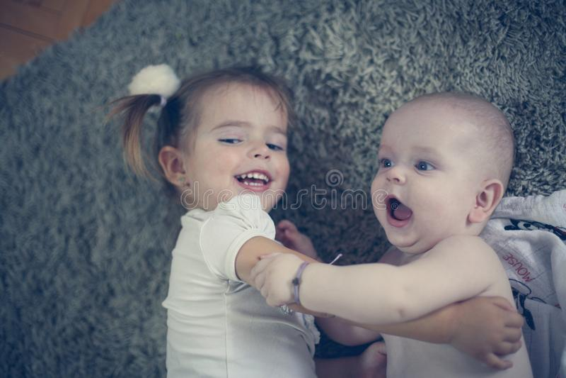 Fratello piccolo e sorella svegli Fine in su fotografia stock libera da diritti