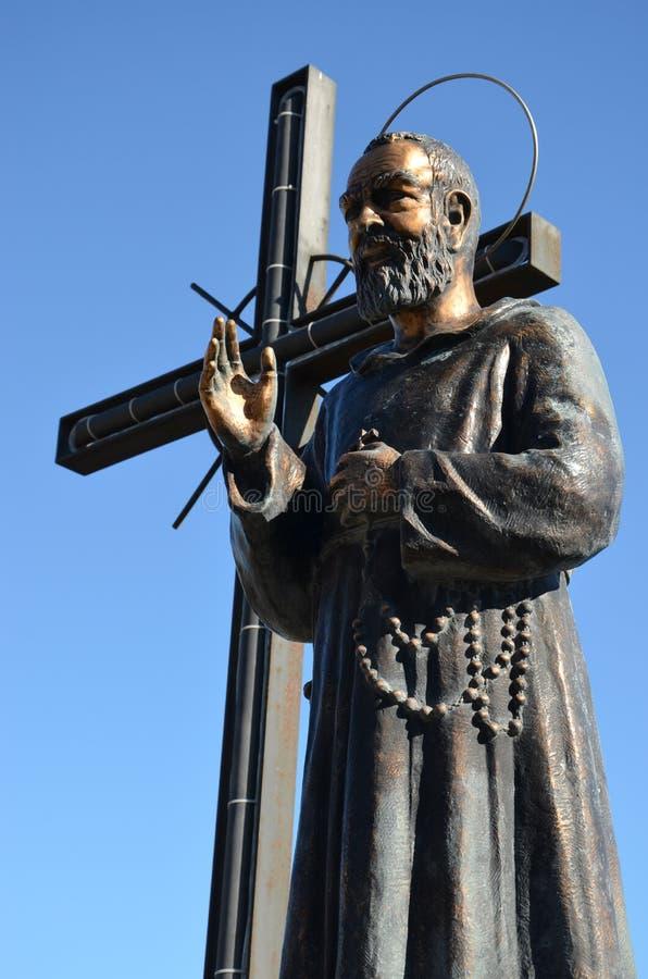 Frater Pio - Aalmoezenier Pio met een kruis royalty-vrije stock fotografie