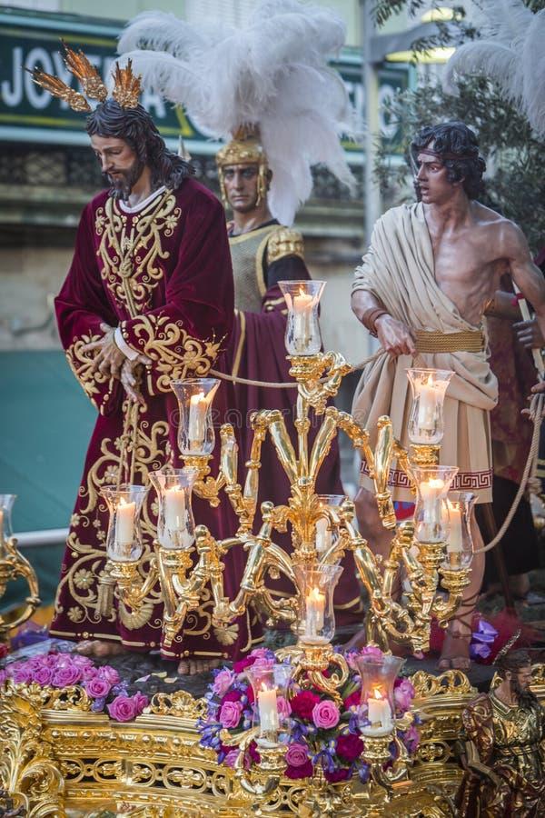 Fraternidad del ramillete de Jesús que hace la estación de penitencia en fron imagen de archivo libre de regalías