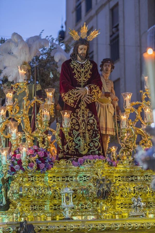 Fraternidad del ramillete de Jesús que hace la estación de penitencia en fron fotografía de archivo