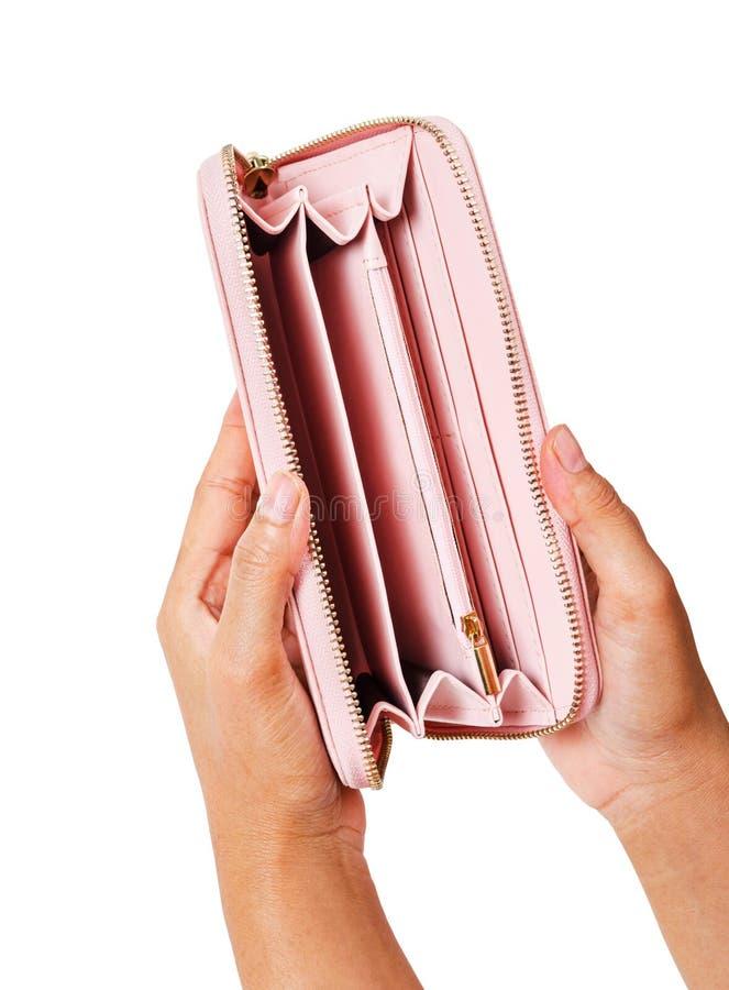 Frau übergibt das Öffnen eines leeren rosa Geldbeutels stockfotos