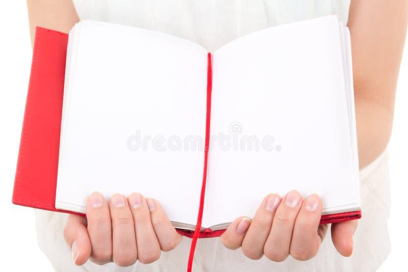 Frau übergibt das Halten des leeren Notizbuches lokalisiert auf Weiß stockbild