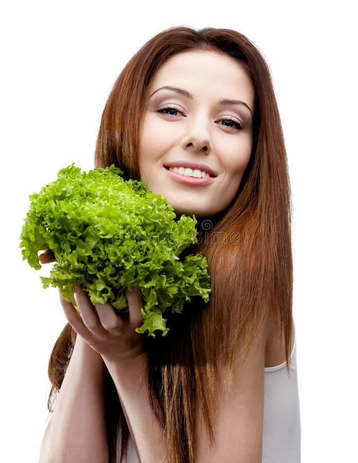 Frau übergibt frischen Kopfsalat lizenzfreie stockbilder