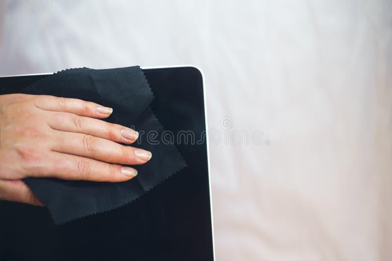 Frau übergibt Reinigungslaptop lizenzfreies stockfoto