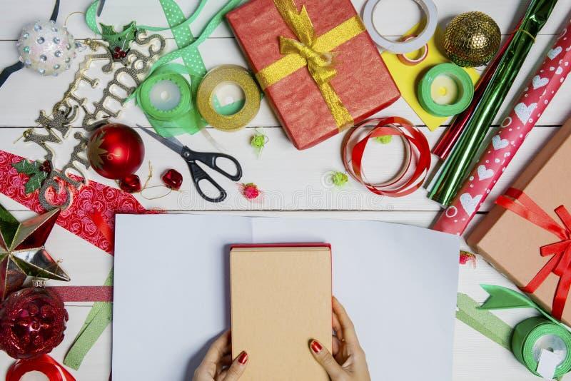 Frau übergibt Verpackung Weihnachtsgeschenkboxen lizenzfreie stockbilder