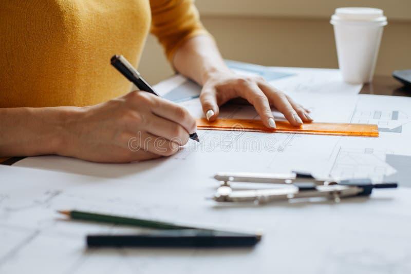 Frau übergibt Zeichnungspläne Stockfoto - Bild von aufgebaut, innen ...